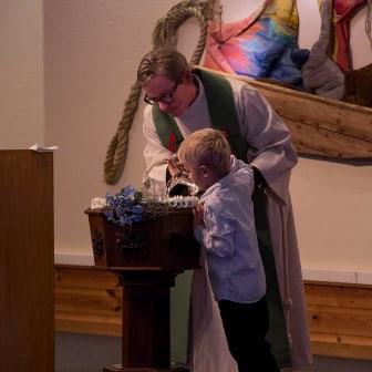 Fullsatt kirke på dåpsgudstjeneste